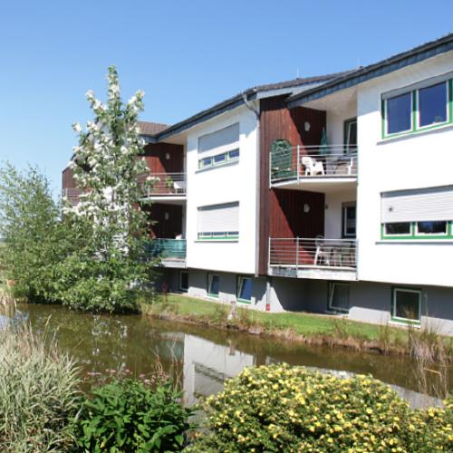 Wohnanlage Appenhagen mit Blick auf den Teich und Balkon