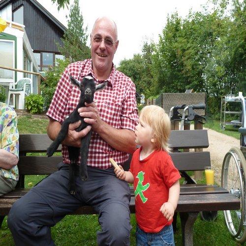 Familie zu Besuch bei Reinery spielen mit den Tieren