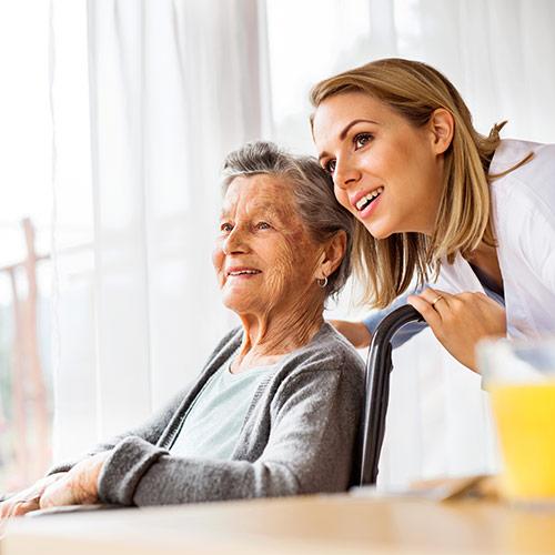 Dame wird von Pflegerin professionell Zuhause unterstützt